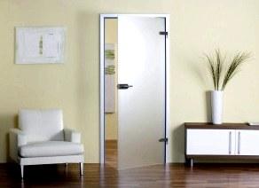 Цельная стеклянная межкомнатная дверь в квартирном интерьере